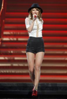 泰勒红唇秀美腿