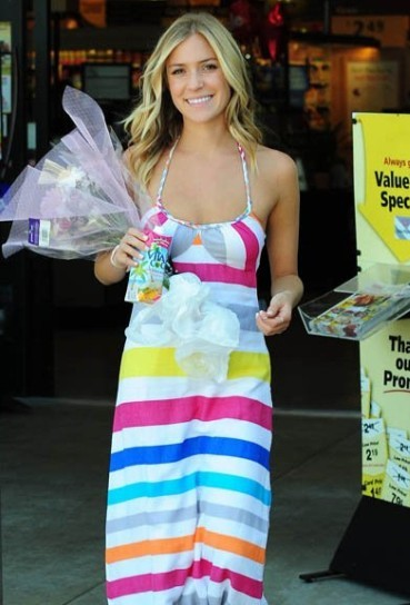夏季浪漫 绽放的彩条印花裙