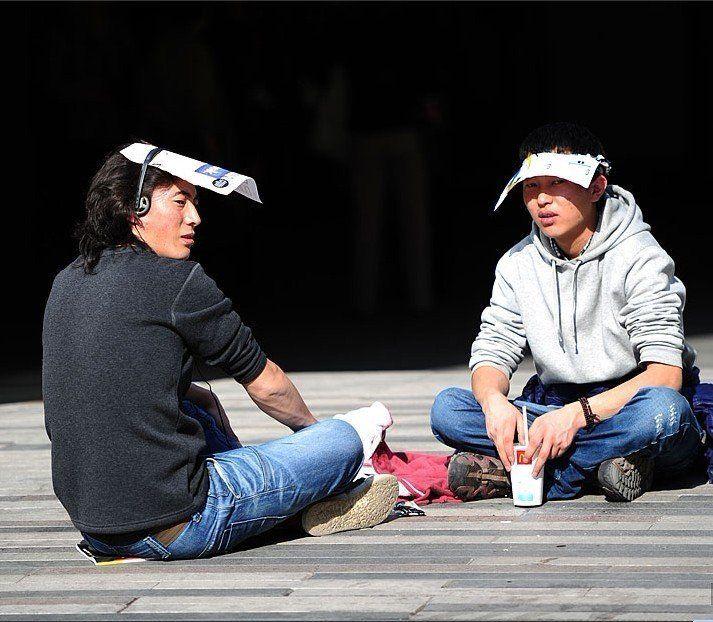 北京气温破20度 街拍美女换短装