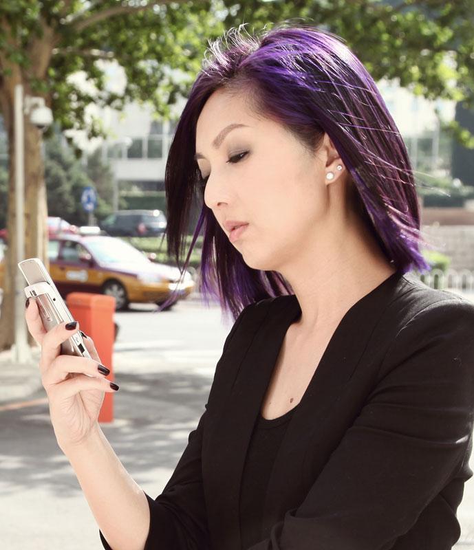 杨千嬅演绎今夏最IN紫红发色