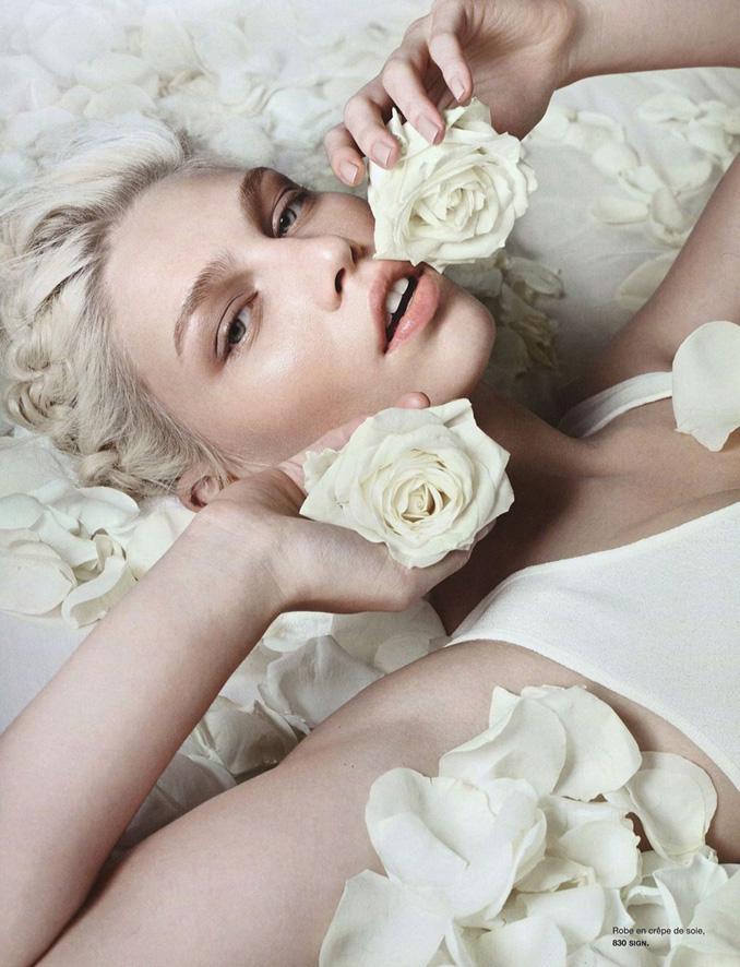 Aline Weber代言大片 躺下置身白色花海
