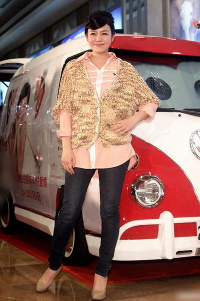 陈妍希等女星衬衫搭配 街拍演绎清新风格