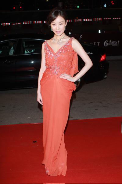 倪妮Dior礼服亮相香港电影节