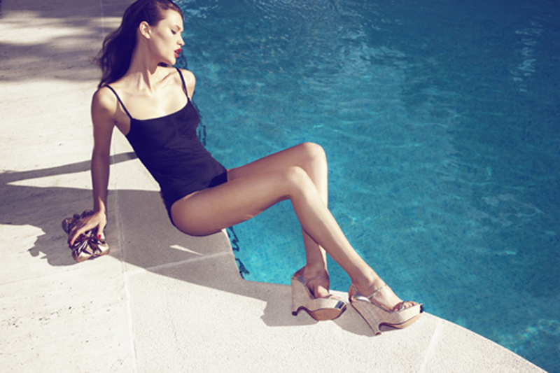 Chloe Lecareux性感泳装造型 激情演绎泳池迷情