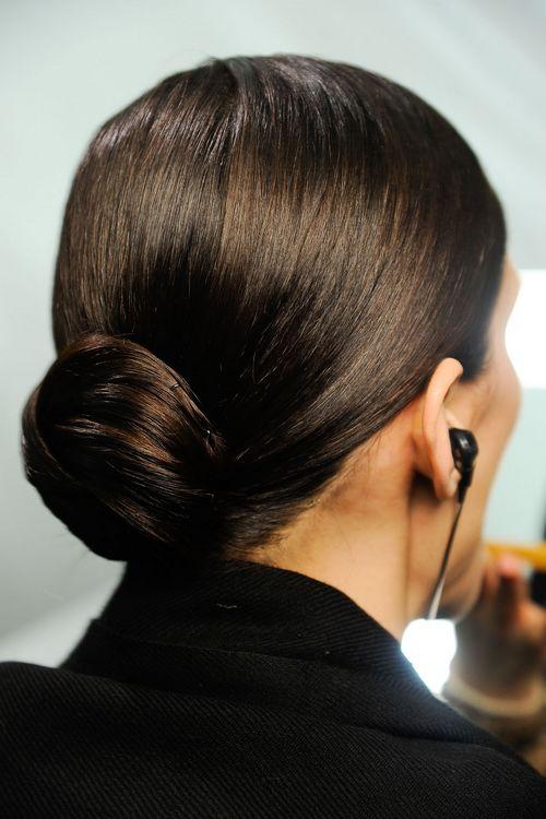 下面小编推荐一些时装周上经典的盘发发型,从简单干练的小圆髻,活泼图片