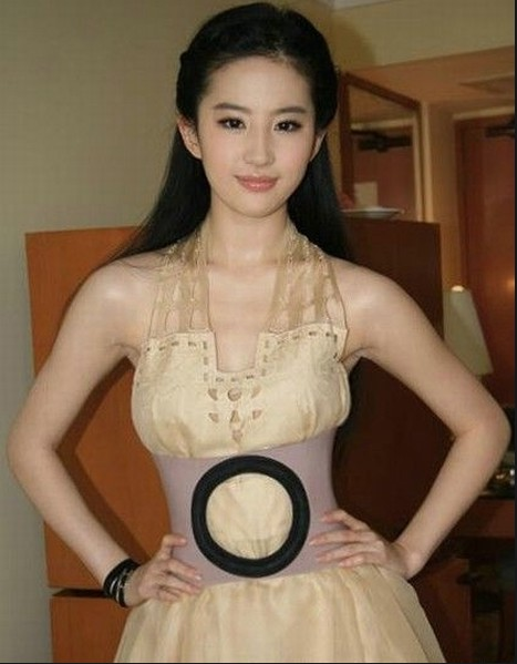 日本黄色胸大女明星_胸器女明星 穿衣有道又有型