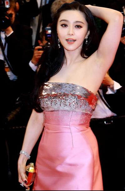 明星 明星红毯  > 正文  继龙袍,仙鹤装,彩瓷装之后,范冰冰本次戛纳