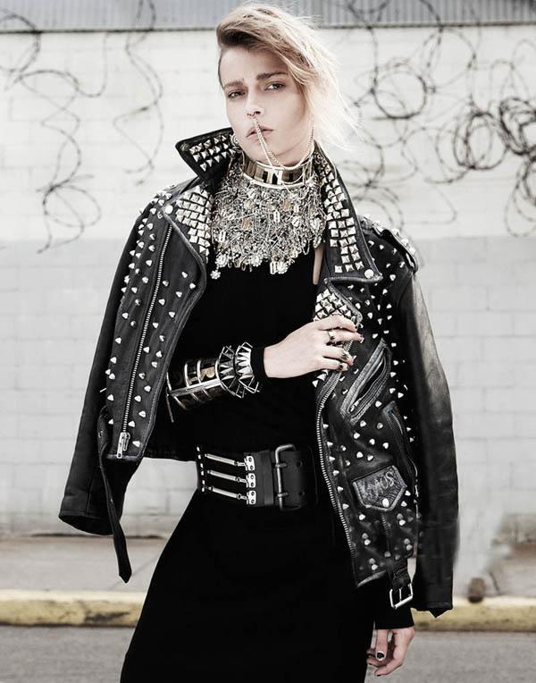 里风格服装_由模特martha streck身着性感摇滚服装佩戴重金属朋克风格的珠宝首饰