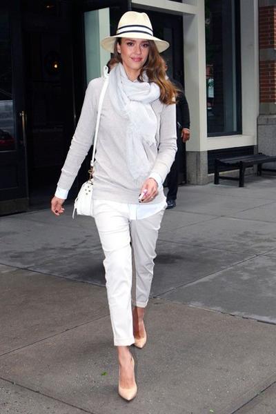 阿尔芭示范白色围巾搭配