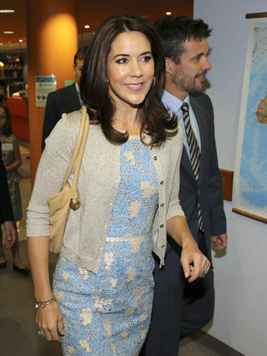 丹麦王妃玛丽的服装_丹麦王储妃玛丽 (princess mary) 蓝色镂空连衣裙搭配针织开衫look