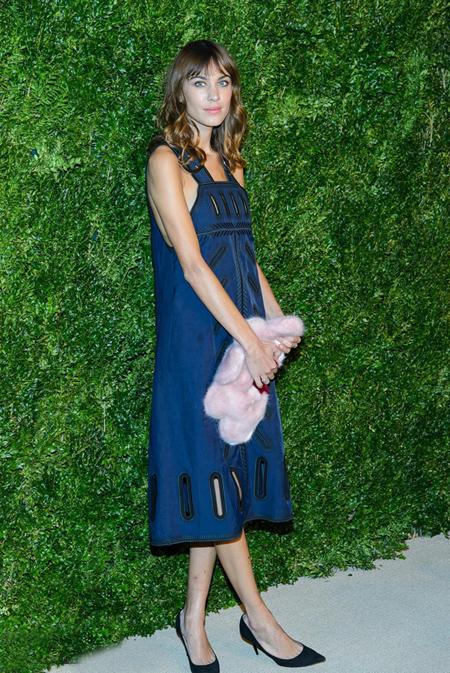 艾里珊·钟 蓝色背带裙俏皮减龄