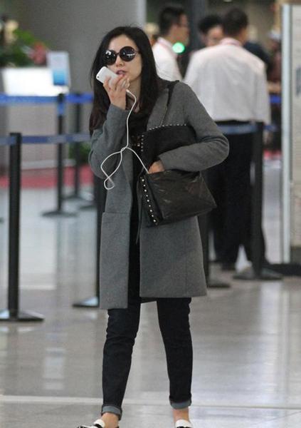 高圆圆,杨幂机场街拍均为灰色大衣搭配,如果你不想穿成烂大街的衣服