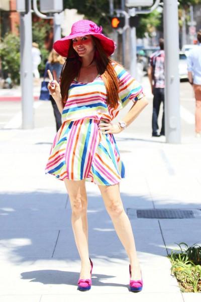 彩色条纹连衣裙 打造度假好心情
