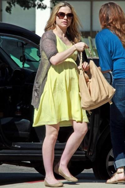 黄色连衣裙休闲搭配