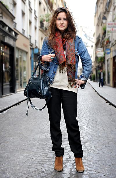 复古花纹围巾颈上的微时尚