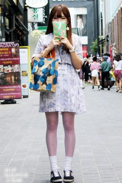 夏日东京街拍 淡雅印花百褶裙