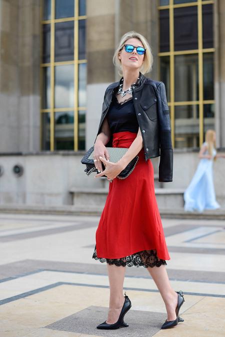 红色蕾丝吊带裙 皮衣添气场