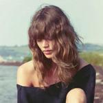 弗莱娅《Vogue》演绎假日着装