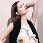 超模卡洛琳演绎飘逸长裙