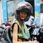 大变女汉子 安全帽戴出时髦