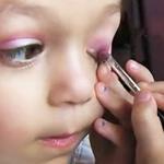 5岁萝莉会化妆 不妆族还等什么?