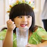 小公主王诗龄头戴花环像精灵