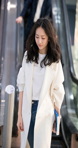 王鸥穿长款大衣简约不失女人味 帅气现身心情佳